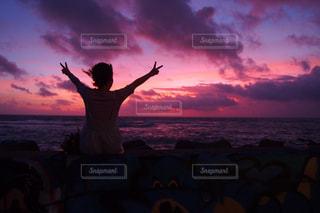 女性,海,空,後ろ姿,夕焼け,海岸,人,ジェスチャー
