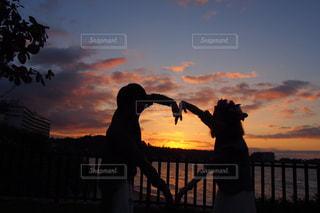 日没の前に立っている人のカップルの写真・画像素材[747642]