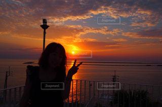 背景の夕日の人の写真・画像素材[747648]