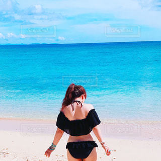 ビーチに立っている女性の写真・画像素材[740997]