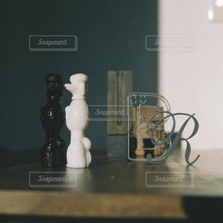 テーブルの上にガラス花瓶の写真・画像素材[1236529]