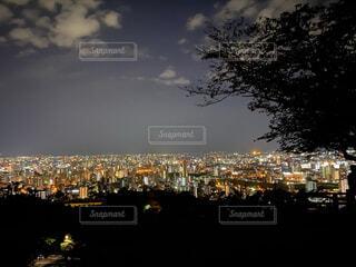 背景に都市がある大きな水域の写真・画像素材[3919863]