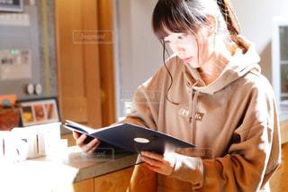 読書する女性の写真・画像素材[2553435]