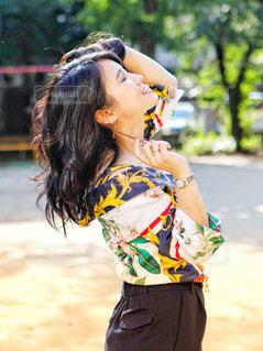 髪をかきあげる横顔の女性の写真・画像素材[2555881]