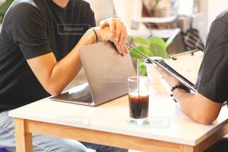 男性,2人,コーヒー,屋内,アイスコーヒー,室内,手,机,パソコン,人,ノート,PC,ビジネス,コンピューター,打ち合わせ,商談,リモートワーク,ビジネスシーン