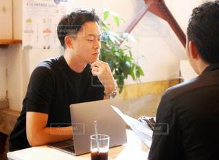 カフェで商談中の男性2人の写真・画像素材[2616467]