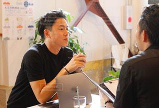 カフェで商談をする2人の男性の写真・画像素材[2616500]