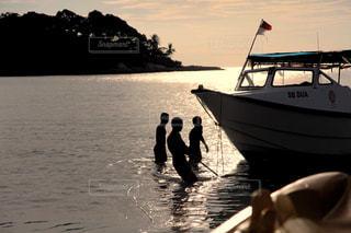 マレーシアの海とボートと人の写真・画像素材[2645105]