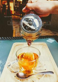 カフェで紅茶を淹れる男性の手の写真・画像素材[2671774]
