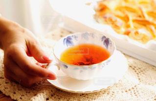 紅茶とアップルパイでティータイムの写真・画像素材[2681606]