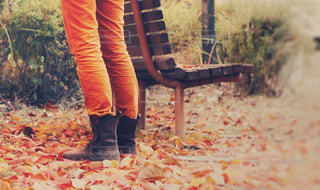 ファッション,公園,秋,紅葉,靴,屋外,足元,散歩,ベンチ,枯葉,オレンジ,草,落ち葉,人物,人,立つ,ブーツ,地面,コーディネート,コーデ,外出,お出かけ,パンツ,履物,衣類
