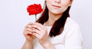 赤いカーネーションを持つ女性の手元 母の日の写真・画像素材[3213662]