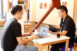 リモートワークの笑顔の男性2人とPC、コーヒーの写真・画像素材[3263044]