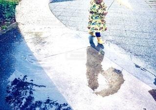 傘をさしてお散歩している子供の写真・画像素材[3734937]