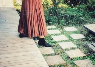 段をおりるロングスカートの女性の写真・画像素材[3734938]