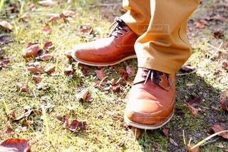 芝の上で立ち止まる男性の足元の写真・画像素材[3743548]