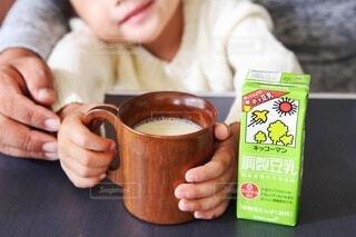 コーヒーを一杯持っている人の写真・画像素材[3817436]