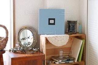 家具と鏡でいっぱいの部屋の写真・画像素材[3845054]