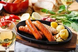 食べ物,食事,屋内,パン,ポトフ,野菜,スープ,ワイン,グラス,おいしい,テーブルフォト,ソーセージ,パーティー,ジューシー,おつまみ,アルコール,煮込み,ホームパーティー,じゃがいも,プチ贅沢,飲みもの,ジョンソンヴィル