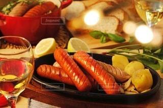 食べ物,夜,食事,ディナー,屋内,ライト,パン,ポトフ,野菜,スープ,灯り,キラキラ,クリスマス,ワイン,グラス,おいしい,テーブルフォト,ソーセージ,パーティー,ジューシー,夕飯,おつまみ,バースデー,アルコール,煮込み,ホームパーティー,じゃがいも,プチ贅沢,飲みもの,ジョンソンヴィル