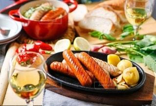 食べ物,パーティ,食事,屋内,パン,ポトフ,野菜,スープ,ワイン,グラス,料理,おいしい,テーブルフォト,ソーセージ,ジューシー,夕飯,アルコール,煮込み,ホームパーティー,じゃがいも,プチ贅沢,飲みもの,ジョンソンヴィル