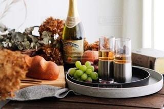 食べ物の皿をテーブルの上に置くの写真・画像素材[4186046]