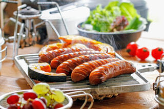 木製のテーブルの上に食べ物の皿の写真・画像素材[4425793]