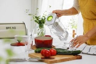 台所で食べ物を準備している人の写真・画像素材[4642464]