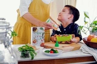 子ども,食べ物,お弁当,屋内,野菜,人物,人,料理,幼児,ぱぱっとミネラル