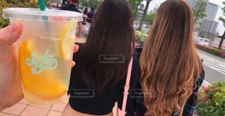 オレンジ ジュースのガラスを保持している人の写真・画像素材[1035078]