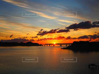水の体に沈む夕日の写真・画像素材[1217523]