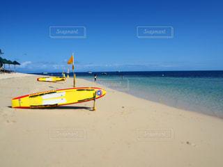 ビーチの上に座っている黄色のボートの写真・画像素材[1250762]