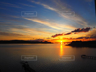 水の体に沈む夕日の写真・画像素材[1269117]