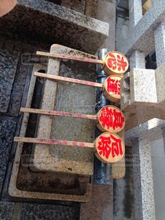 れんが造りの壁の隣に座っている赤い停止記号の写真・画像素材[1666743]