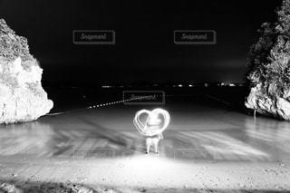 スキー板を雪に覆われた表面に乗る人 - No.854563