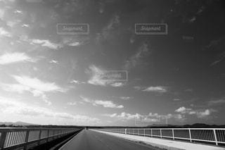 水の体の上の橋の写真・画像素材[854618]