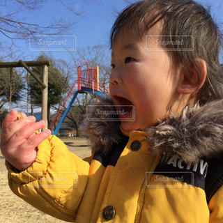 子ども,家族,公園,キッズ,どんぐり,驚き,見つけた,外遊び,びっくり