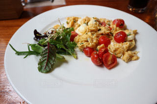ブダペストの朝ごはん、トマトとモッツァレラチーズのスクランブルエッグの写真・画像素材[910145]