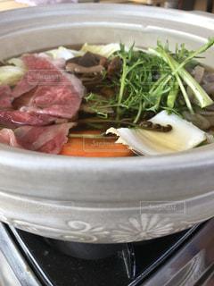 肉や野菜がいっぱい入ったボールの写真・画像素材[1163873]