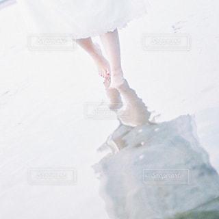 雪の中に立っている人の写真・画像素材[1803409]