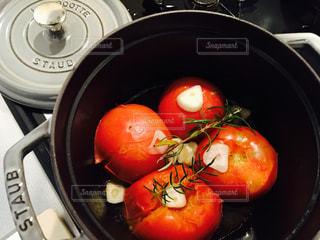 ストウブでつくった焼きトマト。の写真・画像素材[804201]