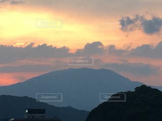 背景の山と水の大きな体の写真・画像素材[766229]