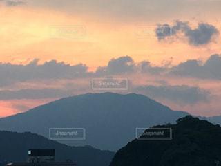 背景の山と水の大きな体の写真・画像素材[961526]