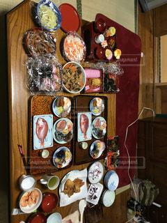テーブルの上に食べ物の束 - No.961556