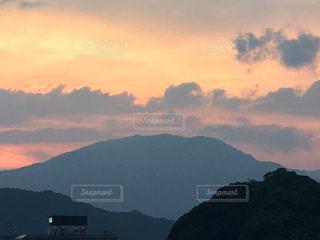 背景の山と水の大きな体の写真・画像素材[1269871]