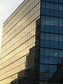 背の高いガラスの建物の写真・画像素材[1290243]