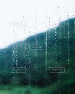 静かに滴る水滴の写真・画像素材[2170794]