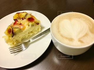 食品とコーヒーのカップのプレートの写真・画像素材[846462]