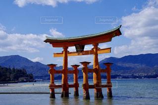 水の体の横に桟橋のビューの写真・画像素材[1038347]