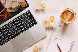テーブルの上のコーヒー カップの写真・画像素材[1247112]